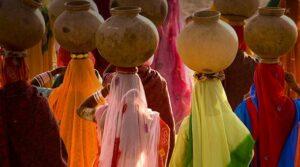 mujeres-con-cantaros-agua-en-rajasthan